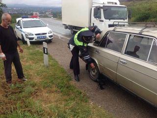 На Ставрополье экипаж ДПС оказал помощь трем автомобилистам