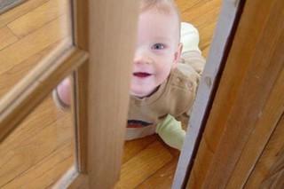 В Ставрополе двухлетний малыш запер мать на балконе