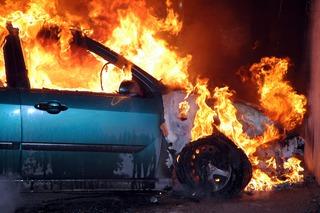 В Пятигорске легковушка загорелась посреди дороги после аварии