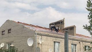 В Зеленокумске ремонтируют поврежденные ураганом крыши многоэтажек