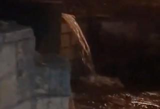На одной из улиц Пятигорска из-за коммунальной аварии образовался «водопад»