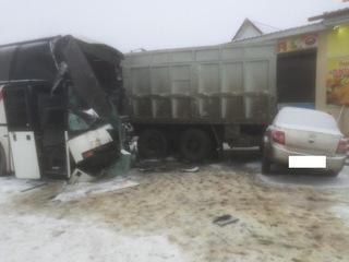 На Ставрополье столкнулись два «КамАЗа», автобус и легковушка