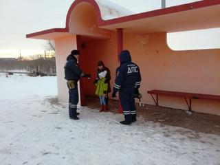 На Ставрополье автоинспекторы спасли от холода мать с дочкой