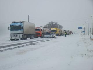 На Ставрополье из-за снегопада ограничено движение грузовиков