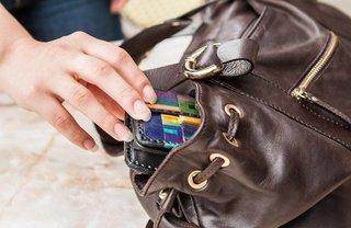Ставропольская школьница похитила из сумки учителя две банковские карты