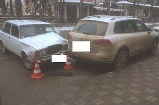 В центре Пятигорска неопытный водитель врезался в иномарку и сбил женщину