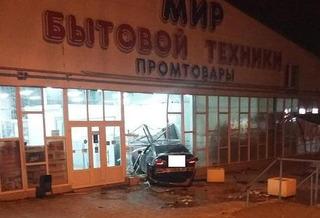 В Благодарном водитель BMW протаранил остановку и здание магазина