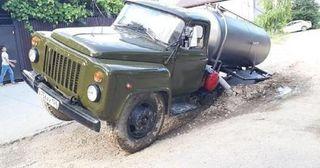 В Пятигорске грузовик ассенизаторов провалился в дорожную яму