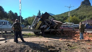 В Железноводске грузовик с кирпичами превысил скорость и перевернулся