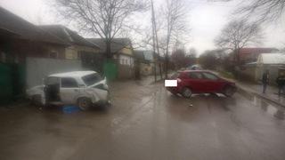 В Пятигорске автоледи с ребенком врезалась в припаркованный автомобиль