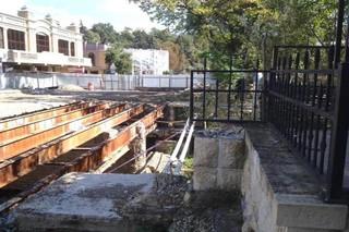 В Кисловодске ремонту моста помешали ларьки