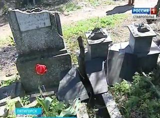 Полиция Пятигорска разыскивает вандалов, устроивших погромы на двух кладбищах