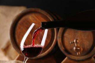 В новогодние праздники житель Пятигорска украл у соседа 50 литров вина