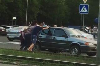 В Пятигорске пассажиры и кондуктор трамвая  вручную сдвинули автомобиль с путей